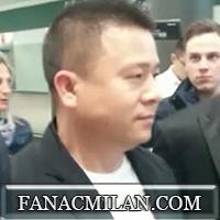 Тифози Милана: «Надеемся Вы вернете россонери на вершину.» Йонхонг Ли пожимает руку болельщику за такие слова