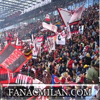 Тифози во время матча Милан-Наполи: